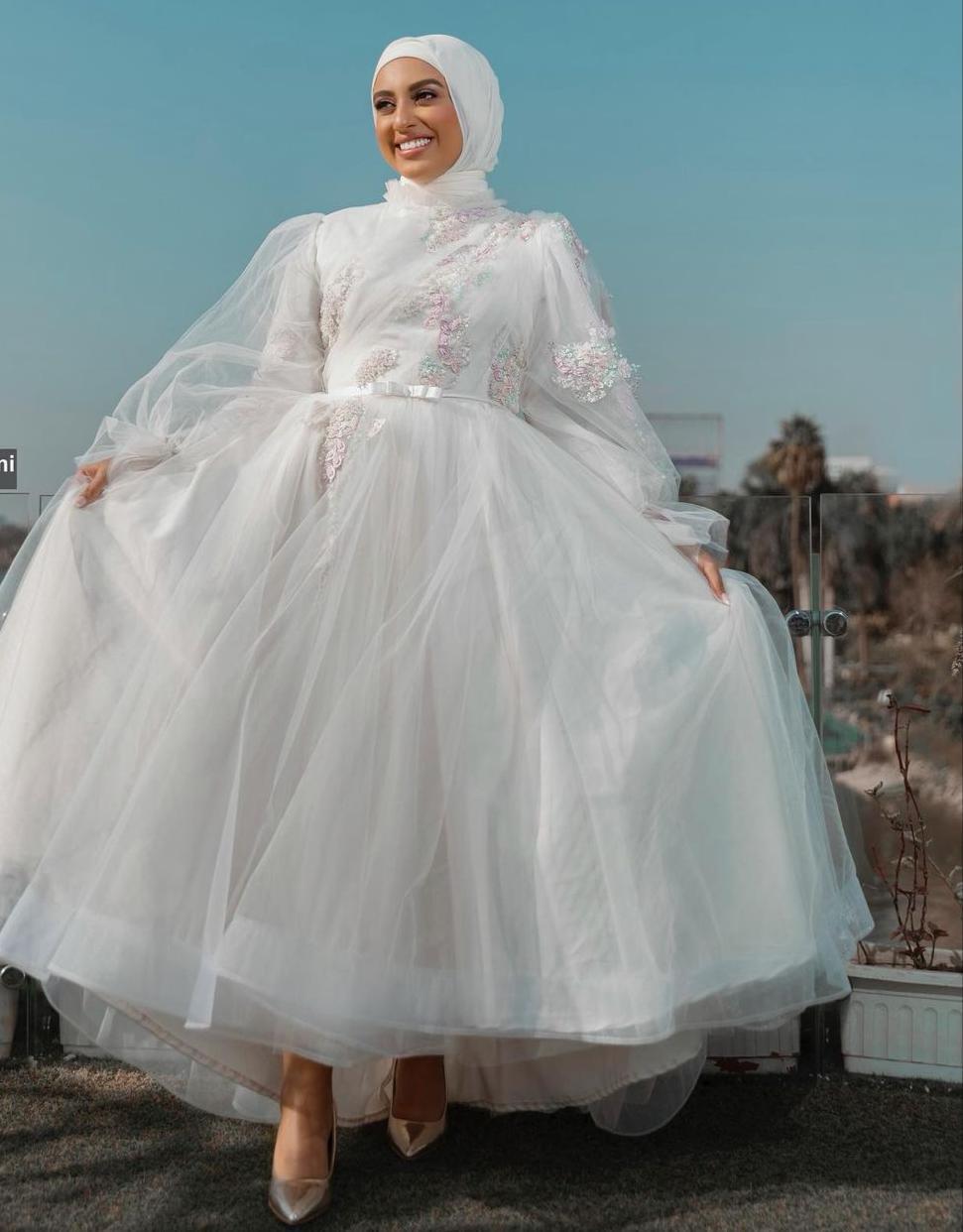 نادية الخولي بفستان ابيض ناعم للعروس