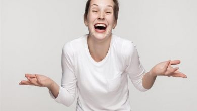 عالمة نفس توضح سبب الضحك الهستيري الذي ينتاب الكثيرين أثناء الجنازات